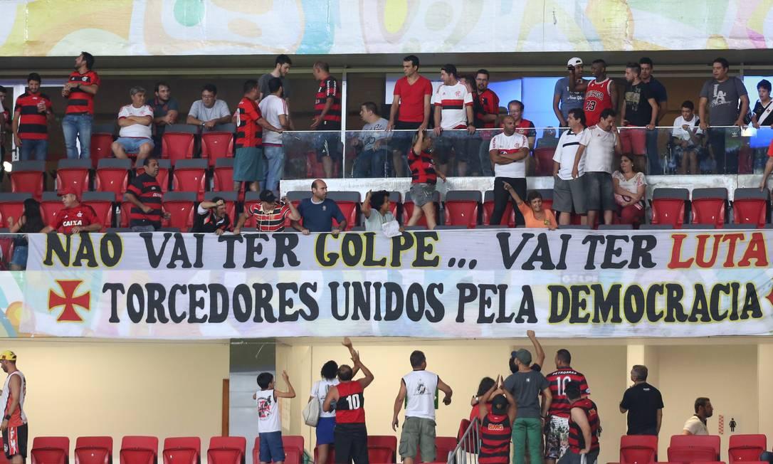 Torcidas de Vasco e Flamengo fazem protesto político no Mané Garrincha ANDRE COELHO
