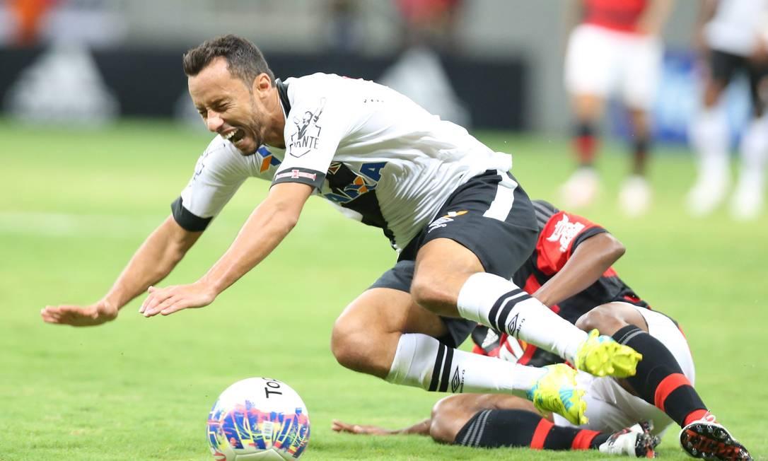 Vascaíno Nenê cai no gramado em disputa contra jogador do Flamengo ANDRE COELHO