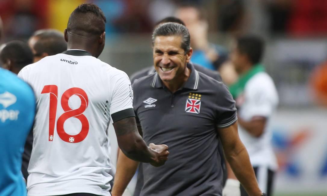 Riascos comemora com o técnico Jorginho o gol do empate do Vasco sobre o Flamengo Michel Filho