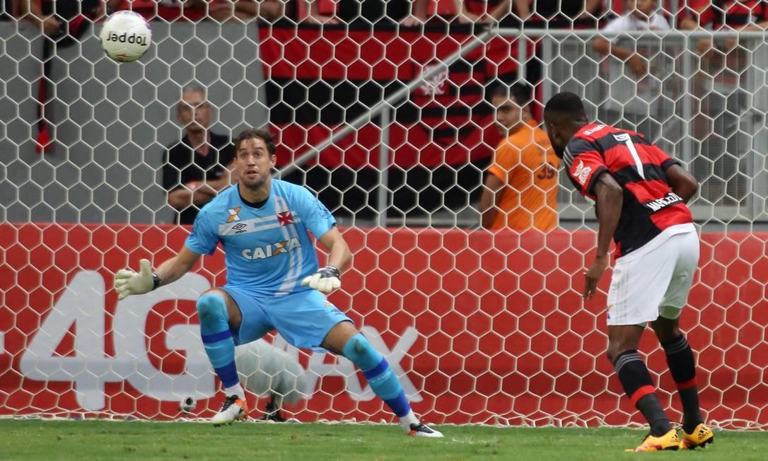 De cabeça, Cirino abriu o placar para o Flamengo diante do Vasco Foto: Michel Filho