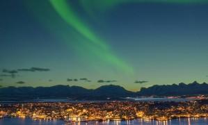 Cores da aurora Boreal sobre a cidade de Tromso, no norte da Noruega Foto: Bård Løken / Visit Norway/Divulgação