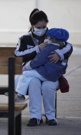 A H1N1 é transmitida por vias aéreas, por meio de partículas de saliva,de secreções das vias respiratórias ou pelo contato direto com objetos contaminados Foto: Natacha Pisarenko 16-06-2009 / AP