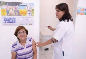 Idosa toma vacina contra gripe em campanha em 22/05/2015 Foto: Divulgação