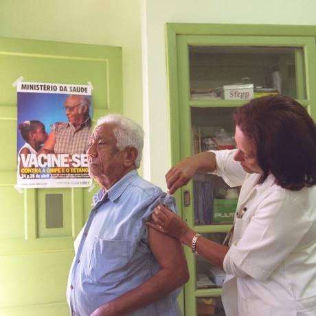 Idoso toma vacina contra gripe em campanha Foto: Marco Antônio Cavalcanti / Agência O Globo