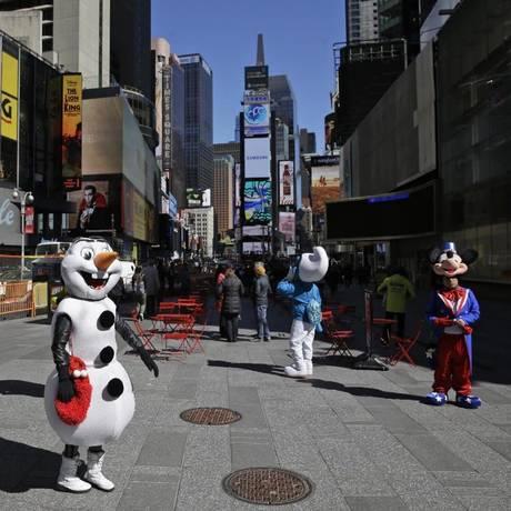 Pessoas fantasiadas de personagens famosos na Times Square Foto: AP Photo/Seth Wenig