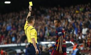 Árbitro mostra cartão amarelo para Neymar em partida contra o Eibar: cena recorrente na Espanha Foto: Manu Fernandez / AP