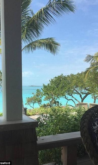 Cenário paradisíaco: a baía de Baker, retratada na foto por Cindy, tem sido um refúgio para a elite de Hollywood, incluindo Ben Affleck e Jennifer Garner e Tom Brady e Gisele © Twitter/@cindycrawford
