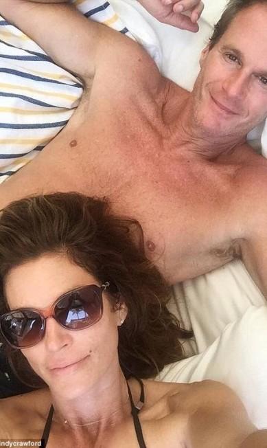 Uma nova lua de mel? Cindy, atualmente com 50 anos, também registrou a viagem postando esta selfie ao lado do marido Rande Gerber, 53 © Twitter/@cindycrawford