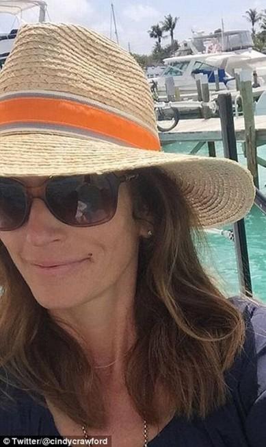 Outro selfie de Cindy: vida dura, não? © Twitter/@cindycrawford