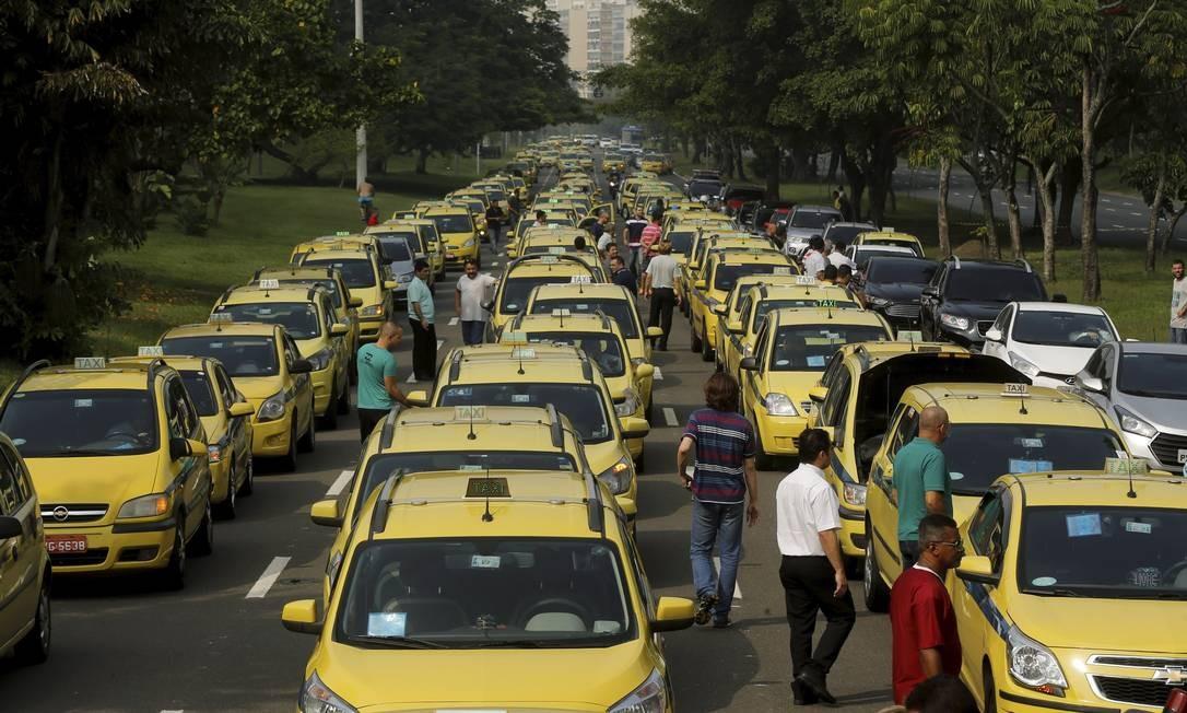 Áudios revelam intenção de taxistas de quebrar carros do Uber e parar o Rio