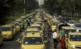 Taxistas fecham pistas do Aterro do Flamengo e outras vias importantes durante protesto contra o Uber, provocando caos no trânsito da cidade