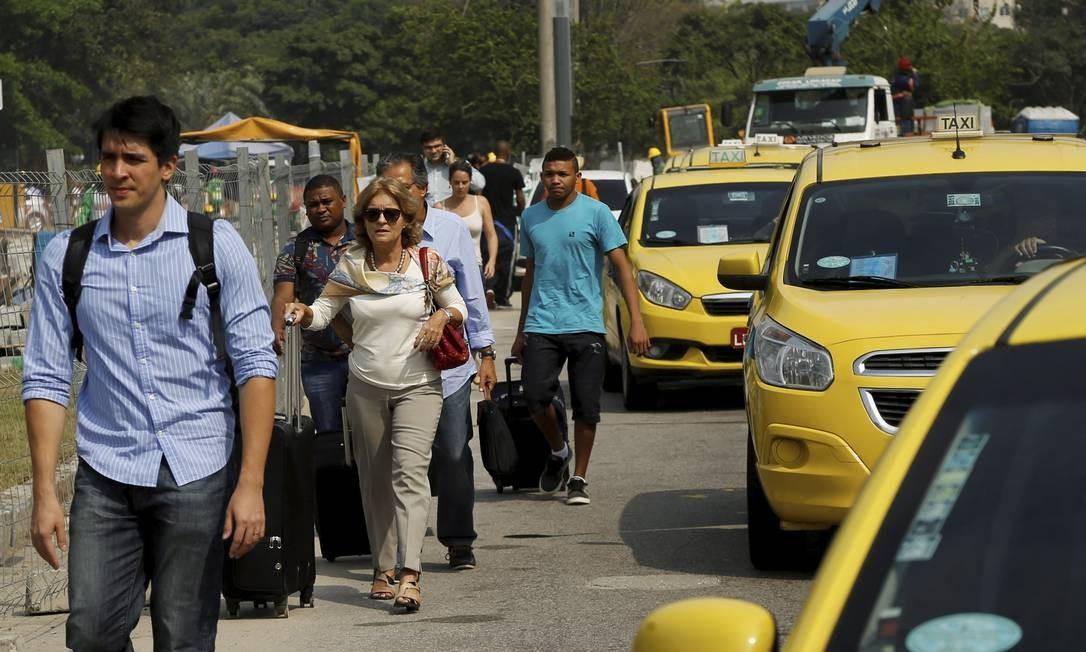 Taxistas fecham vias importantes em ato contra Uber e causam 125km de engarrafamento