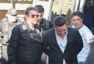 O empresário Ronan Maria Pinto (na frente) e o ex-secretário do PT Sílvio Pereira (de camisa branca) foram presos na 27ª fase da Operação Lava-Jato Foto: Terceiro / Agência O Globo