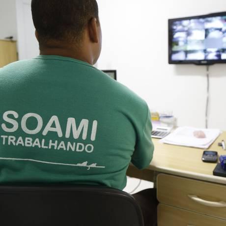 Funcionário da Soami observa a movimentação nas ruas de Itacoatiara pelo circuito de monitoramento que está sendo todo modernizado. Foto: Barbara Lopes / Agência O Globo
