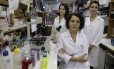 A professora Clarissa Damaso, entre as bolsistas Laila Castro e Maria Luiza Medaglia: alunas de doutorado dependem da ajuda da família para sobreviver