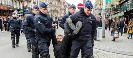 Homem é preso durante manifestação de grupo da extrema-direita Foto: Geert Vanden Wijngaert/AP