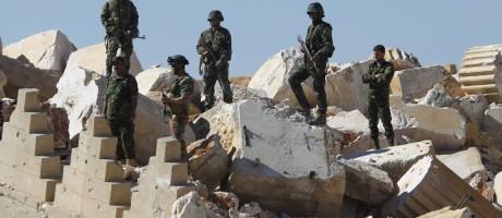 Soldados sírios sobre escombros de ruínas em Palmira Foto: OMAR SANADIKI / REUTERS
