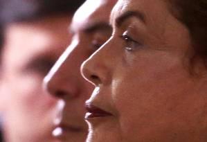 À sombra . Dilma e Temer em cerimônia realizada em dezembro: destino de ações também depende do impeachment Foto: Jorge William / Jorge William/16-12-2015