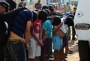 Policiais venezuelanos detêm colombianos que supostamente pertenceriam a grupos paramilitares em San Antonio, no estado fronteiriço de Táchira Foto: George Castellano / AFP/23-8-2015
