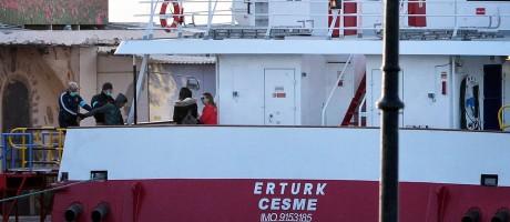Imigrante embarca em catamarã turco para ser devolvido à Grécia Foto: LOUISA GOULIAMAKI / AFP