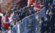 Imigrantes são escoltados pela polícia ao chegarem à cidade turca de Dikili