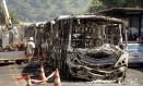 Moradores colocaram fogo em 14 ônibus após morte de menino de 5 anos Foto: Gabriel de Paiva / Agência O Globo