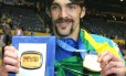 Craque. Em Tóquio, Giba mostra a medalha e a placa de melhor jogador do Mundial no Japão