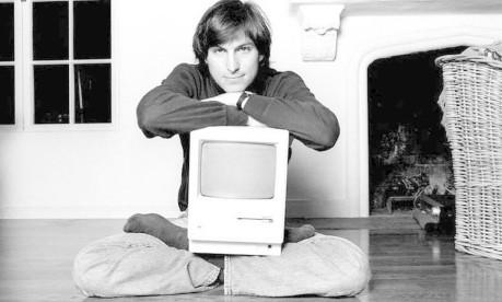 O início. Steve Jobs e um dos computadores lançados pela Apple Foto: Arquivo