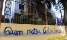 Prédio em que Dilma tem apartamento em Porto Alegre foi pichado durante a madrugada Foto: RONALDO BERNARDI / Agência RBS / Estadão Conteúdo