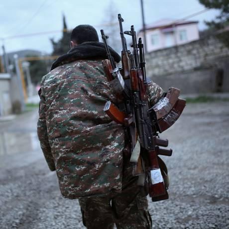 Soldado carrega armas em Nagorno-Karabakh Foto: VAHAN STEPANYAN / AFP
