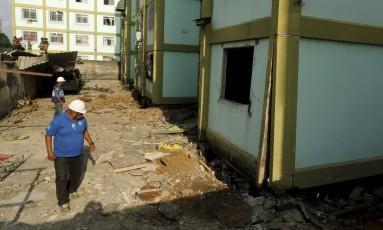Técnicos da Defesa Civil na área do condomínio em Fazenda Botafogo onde houve explosão Foto: Gabriel de Paiva (05/04/2016) / O Globo