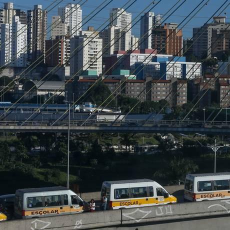 Paralisação de vans Escolares que prestam serviços para alunos com deficiência da Prefeitura de São Paulo Foto: Pedro Kirilos/Agência O Globo