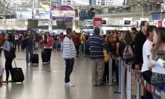 Fila do check-in no Aeroporto do Galeão, Rio de Janeiro Foto: Hudson Pontes / Agência O Globo
