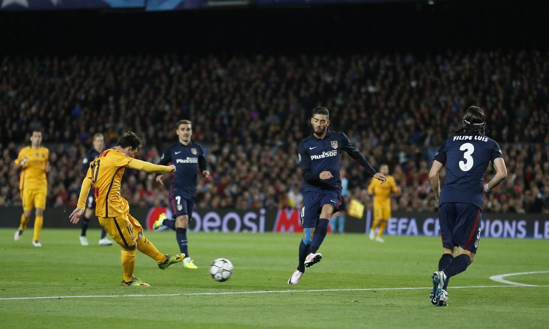 Lionel Messi, do Barcelona, chuta de canhota na partida contra o Atlético de Madrid, pelas quartas de final da Liga dos Campeões Manu Fernandez / AP