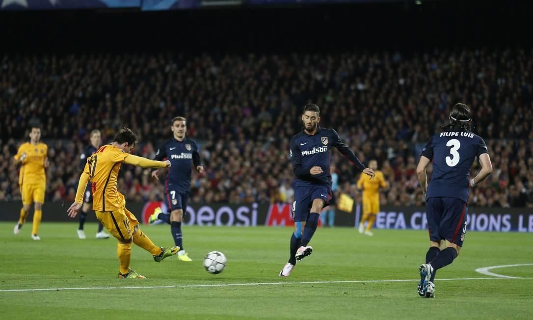 Lionel Messi, do Barcelona, chuta de canhota na partida contra o Atlético de Madrid, pelas quartas de final da Liga dos Campeões Foto: Manu Fernandez / AP