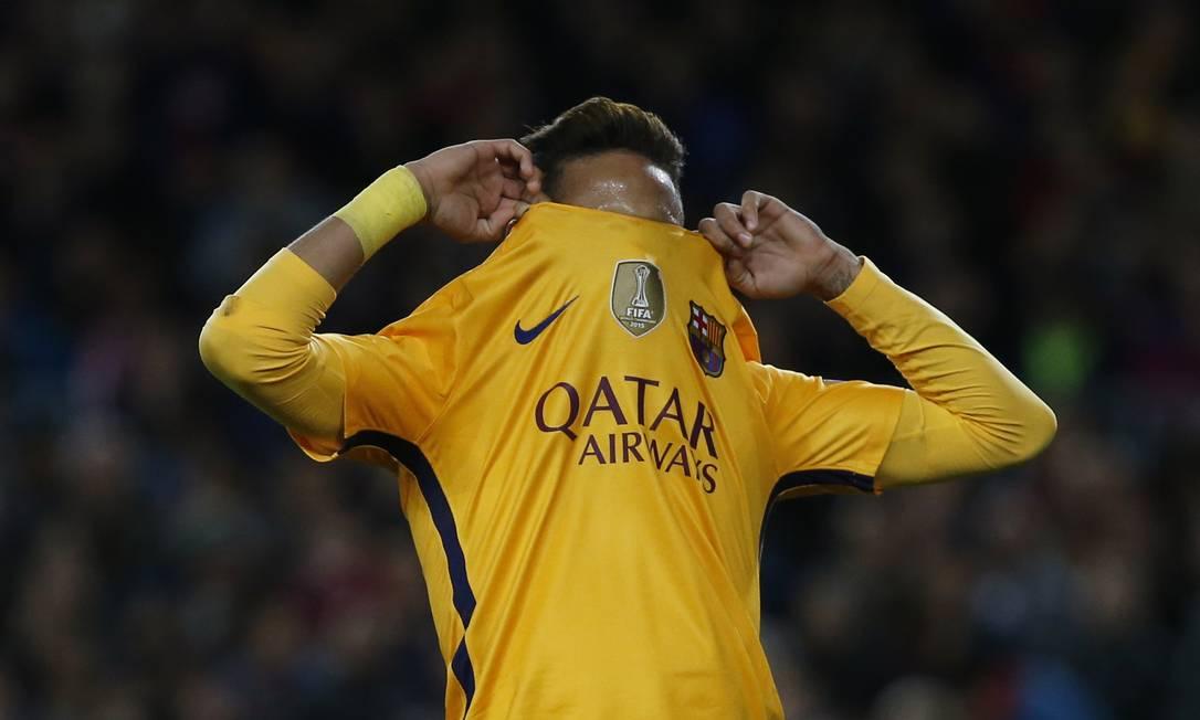 Neymar, do Barcelona, lamenta chance perdida na partida contra o Atlético de Madrid, no Camp Nou Sergio Perez / REUTERS