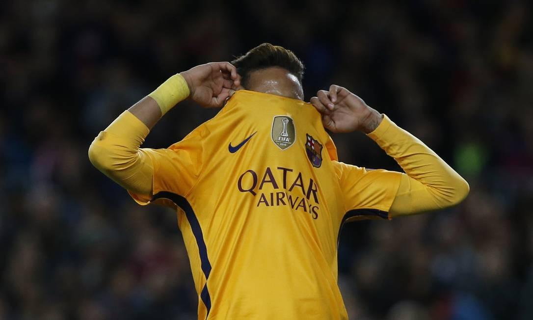 Neymar, do Barcelona, lamenta chance perdida na partida contra o Atlético de Madrid, no Camp Nou Foto: Sergio Perez / REUTERS