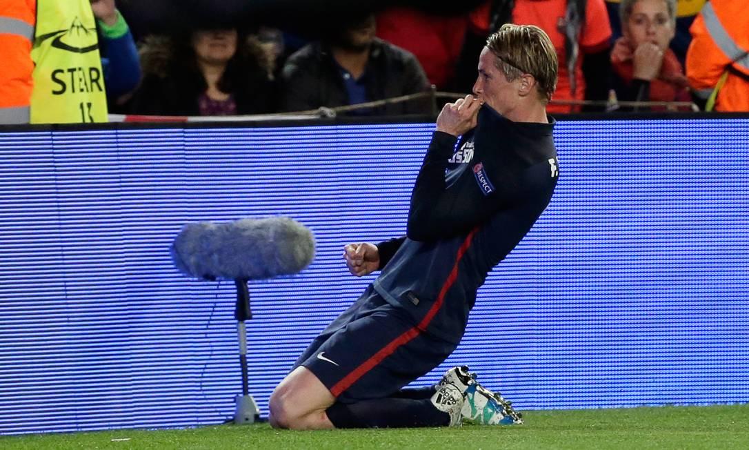 Torres beija a camisa após marcar no Camp Nou Emilio Morenatti / AP