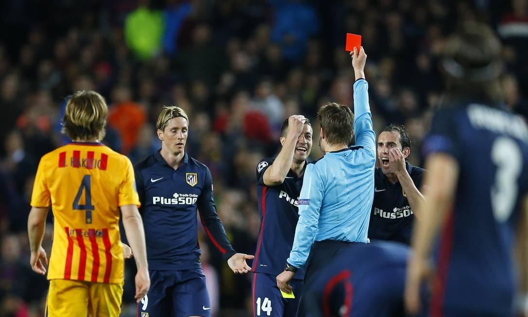 Um pouco após o gol, Fernando Torres, número 9, foi expulso, para desespero de seus dois companheiros de Atlético de Madrid Foto: Manu Fernandez / AP