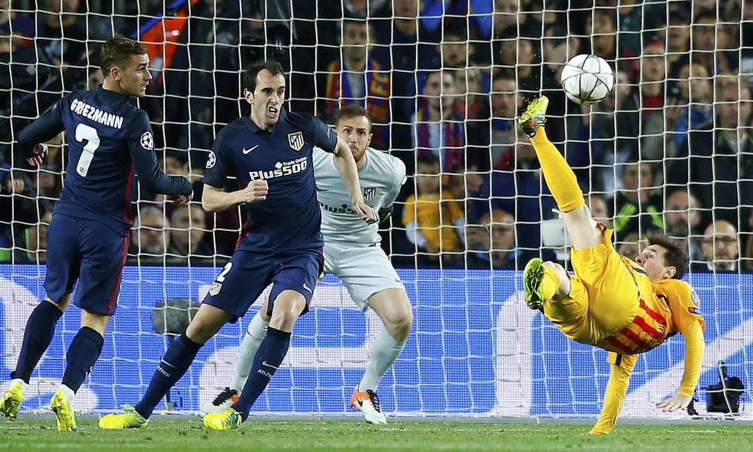 No segundo tempo, Messi, do Barcelona, tentou uma bicicleta, mas a bola passou perto do gol do Atlético de Madrid Manu Fernandez / AP