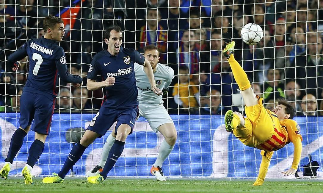 No segundo tempo, Messi, do Barcelona, tentou uma bicicleta, mas a bola passou perto do gol do Atlético de Madrid Foto: Manu Fernandez / AP