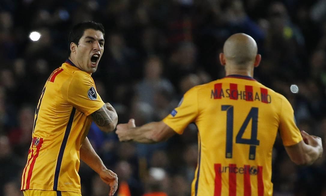 Suárez comemora com Mascherano o gol de empate do Barcelona contra o Atlético de Madrid Sergio Perez / REUTERS