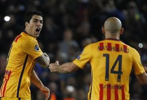 Suárez comemora com Mascherano o gol de empate do Barcelona contra o Atlético de Madrid Foto: Sergio Perez / REUTERS
