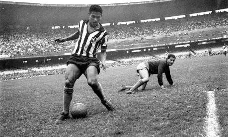 """""""Anjo das pernas tortas"""". O genial Garrincha deixa Helio, goleiro do Vasco, caído e marca o primeiro gol para o Botafogo, na partida que ficou em 2 a 2, no Maracanã Foto: 22/09/1957 / Agência O Globo"""