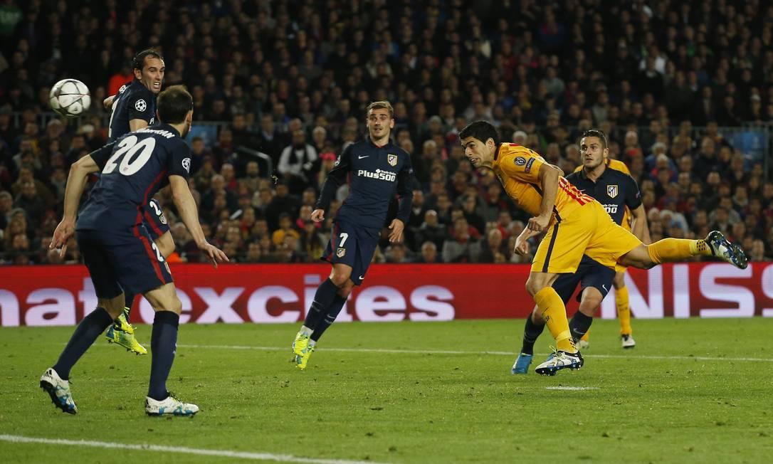 De cabeça, após cruzamento de Daniel Alves, Suárez fez o gol da virada do Barcelona contra o Atlético de Madrid Albert Gea / REUTERS