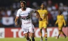 Calleri corre para comemorar um de seus quatro gols na goleada do São Paulo sobre o Trujillanos, no Morumbi Foto: Andre Penner / AP