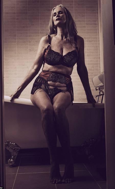 Ela está de volta. A mulher mais velha a posar para a 'Sports Illustrated', a modelo Nicola Griffin, de 56 anos, agora é a estrela de um ensaio sensual para a SLiNK magazine Foto: Roberto Aguilar/Divulgação