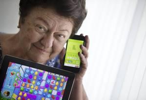 Helena Antabi, de 78 anos, tem iPhone e iPad em casa, e acessa a internet por múltiplos motivos, de diversão a administração financeira Foto: Márcia Foletto / Agência O Globo