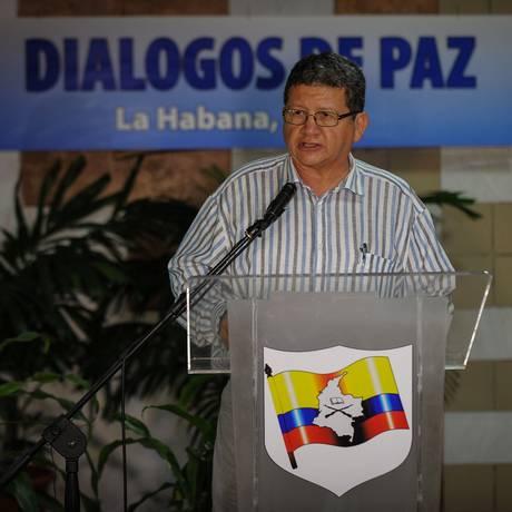 Comandante Pablo Catatumbo lê comunicado em dia de negociações em Havana Foto: YAMIL LAGE / AFP