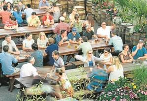 Mesas coletivas: descontração na área externa da Freemont, em Seattle Foto: Divulgação